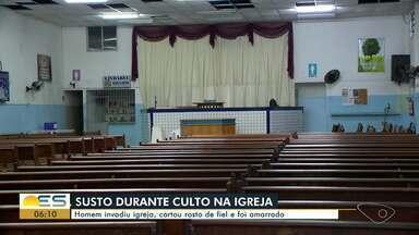 Homem interrompe culto e corta rosto de fiel com vidro em Vila Velha, ES - Confusão aconteceu na porta de uma igreja, na avenida Carlos Lindenberg.