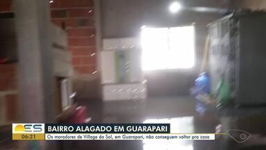 Após chuvas, moradores de Village do Sol, em Guarapari, ES, estão fora de casa - Devido aos alagamentos, eles não conseguem retornar às suas casas há uma semana.