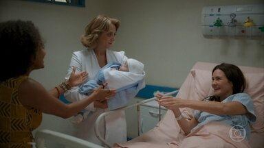 Thelma dá à luz, mas Camila se sente excluída no nascimento do filho - Lurdes tenta acalmar a jovem, que afirma para a mãe que quer amamentar o próprio filho