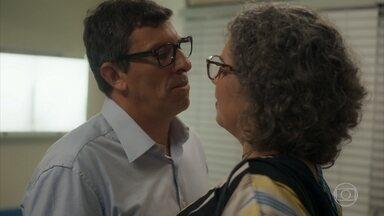 Matias beija Jane - Ela explica que voltou para fazer o parto de Thelma e os dois médicos saem juntos do hospital