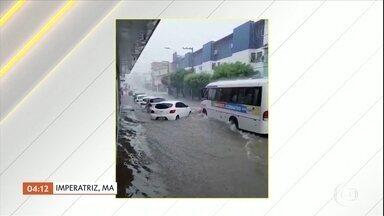 Chuva deixa as ruas de Imperatriz (MA) alagadas - Muitos carros ficaram com água até o capô. Um ônibus arriscou e passou.