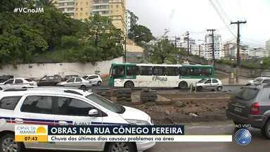Temporal prejudica andamento das obras na rua Cônego Ferreira, na região das Sete Portas - A construção e as chuvas deixam o fluxo lento no trecho entre o largo Dois Leões e o Aquidabã.