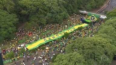 Grupos pró-governo contrariam alerta sobre aglomerações e fazem protestos pelo país - Contrariando recomendações de autoridades e de especialistas de saúde por causa do novo coronavírus, manifestantes fizeram protestos neste domingo (15) a favor do governo Bolsonaro.