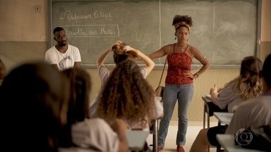 Camila ajuda Felipe a se entrosar com os alunos - Ela repreende os jovens, que reclamam das aulas do novo professor