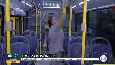 Trabalho de limpeza nos ônibus de Jundiaí - Trabalho nos coletivos será feito nos terminais entre uma partida e outra.