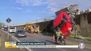 Acidente na Raposo Tavares - Caminhão ficou pendurado entre as pstas da rodovia.
