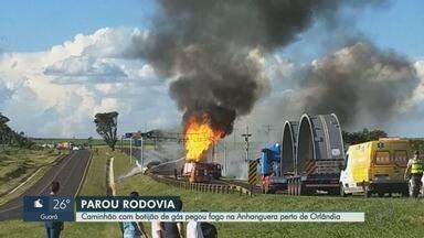 Caminhão com botijão de gás pega fogo na Rodovia Anhanguera perto de Orlândia, SP - Congestionamento chegou a cinco quilômetros na pista Norte. Ninguém ficou ferido.
