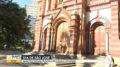 Coronavírus: mesmo com portas fechadas, fiéis fazem oração em frente à Igreja São José - Santo católico é celebrado todo dia 19 de março.