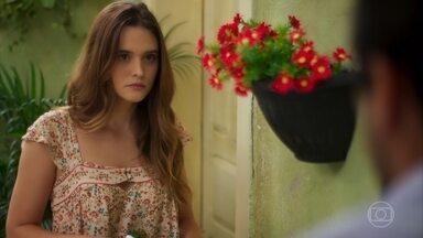Zezinho comenta com Luna que Alexia tem andado estranha - Luna garante que Alexia está apenas ansiosa e com saudades do avô