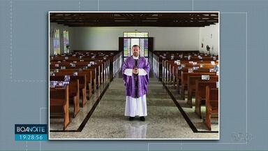 Vazia, paróquia de Ponta Grossa celebra missa com fotos de fiéis nos bancos - Diocese determinou, nesta semana, que celebrações ocorram sem público por tempo indeterminado.