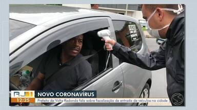 Volta Redonda fiscaliza entradas da cidade em combate contra o coronavírus - Agentes de saúde, Guarda Municipal e Polícia Militar estão verificando veículos vindos de cidades com circulação comprovada do vírus e aferindo a temperatura dos passageiros.