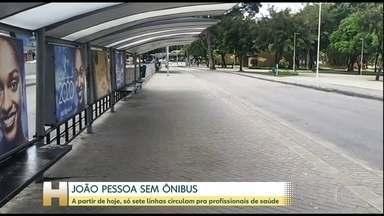 Circulação de ônibus está suspensa em João Pessoa - A partir deste sábado só sete linhas circulam na cidade exclusivamente para transportar profissionais de saúde. Restrição vai continuar durante a semana.