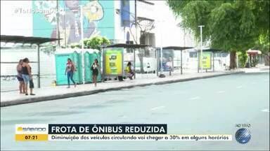 Frota de ônibus é reduzida em Salvador como medida para conter pandemia de coronavírus - Até 30% de redução dos veículos pode acontece em alguns horários neste sábado (21).