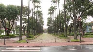 Moradores de Belo Horizonte se adaptam a decreto que diminui a circulação nas ruas - Em Minas Gerais, subiu para 54 o número de casos confirmados do novo coronavírus, segundo a Secretaria de Saúde do estado.