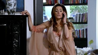Tereza Cristina lembra René do presente de Patrícia - O chef fica envergonhado por ter que andar com um enorme laço rosa no carro