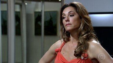 Capítulo de 24/03/2020 - Tereza Cristina exige que a mãe de Antenor vá à festa de noivado. Rafael flerta com Maria Amália. Antenor deixa claro que tem vergonha da mãe e ela corta suas regalias