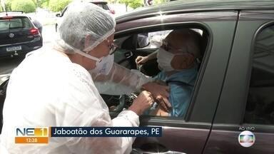 Jaboatão dos Guararapes implementa drive-thru para vacinar idosos contra a gripe - Pessoas relatam que espera é de cerca de uma hora para conseguir se vacinar.