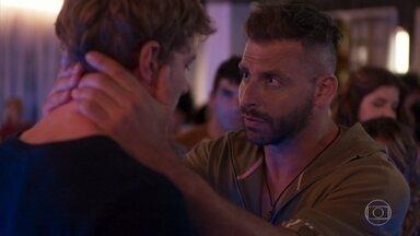 Todos confortam Filipe, que se desculpa com os amigos - Filipe se revolta com a felicidade dos amigos enquanto Rita segue desaparecida, mas logo percebe que foi injusto e todos se abraçam