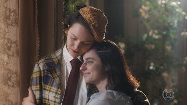 Justina percebe que os pensamentos de Adelaide estão em Alfredo - Adelaide confessa que ela tem razão e Justina consola a irmã