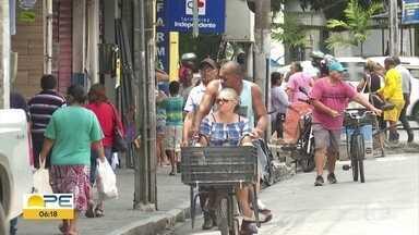 Mesmo com restrições, bairros do Recife registram aglomerações - Prefeitura vem monitorando celulares para direcionar ações de conscientização sobre o novo coronavírus.