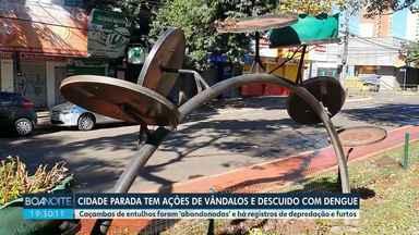 Vândalos se aproveitam de ruas vazias - Descuido com a dengue também chama a atenção