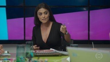Carolina comunica que irá para Austrália - A chefe da redação da revista Totalmente Demais faz uma reunião com seus funcionários. Enquanto ela trabalha, Arthur se diverte