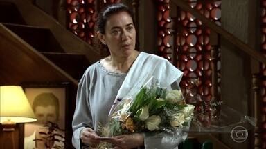 Griselda recebe flores de René - Amália cobra explicações de Antenor. Ela fica surpresa com a atitude de René, já Guaracy se morde de ciúmes. Antenor se desespera com a proximidade do sogro e sua mãe
