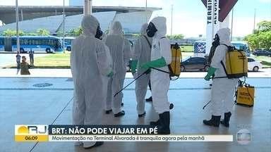 Militares seguem com desinfecção na estação de BRT da Alvorada - Ônibus saem apenas com passageiros sentados, mas vão enchendo ao longo do percurso