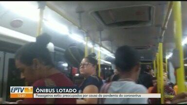 Ônibus lotados preocupam passageiros por conta do novo coronavírus em Ribeirão Preto, SP - Medida adotada pelos órgãos públicos é de evitar aglomeração de pessoas, mas circulares continuam lotados em horários de pico.