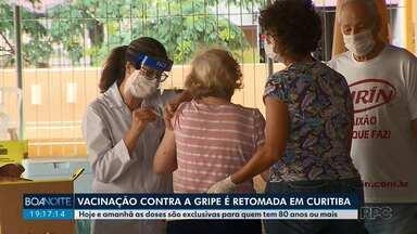 Vacinação contra a gripe é retomada em Curitiba - Nesta quinta-feira (2) e sexta-feira (3) as doses são exclusivas para pessoas com 80 anos ou mais.