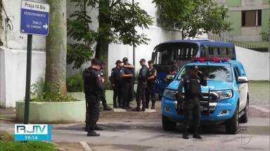Autoridades de segurança impedem carreata em Petrópolis, no RJ - Ação foi realizada na manhã desta segunda-feira (30) com o intuito de conter manifestações em prol da abertura dos comércios.