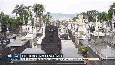 Medidas de prevenção e combate ao coronavírus são implantadas em cemitérios de BH - Funcionários responsáveis pelos enterros estão usando equipamentos de proteção. Famílias também estão sendo orientadas para que usem máscaras e que não encostem nos caixões durante o velório.