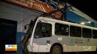 Falta mecânica pode ter provocado acidente com ônibus em São Luís - Motorista perdeu o controle do veículo e por pouco não invadiu uma oficina mecânica.