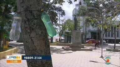Grupo de mulheres distribui garrafas com água e sabão em Campina Grande - Ação é para prevenir moradores de rua do coronavírus.