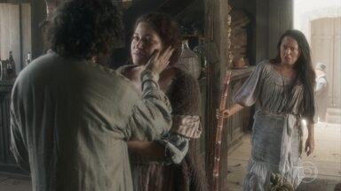 Carmem pede a Licurgo para trabalhar na taberna - Licurgo e Germana comemoram a possibilidade de ter uma vida boa agora que têm duas escravas para fazer o serviço