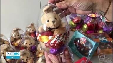 Vendedores de chocolates e doces fazem adaptações em produção por conta de pandemia - Em eríodo de alta, devido à Páscoa, setor tem que fazer mudanças para atender às restrições necessárias no combate ao coronavírus