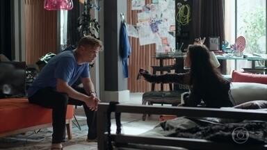 Jojô mostra a foto de Carolina para Arthur - A menina conta ao pai que Carolina está tentando engravidar dele