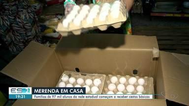 Famílias de 97 mil alunos da rede estadual do ES começam a receber cestas básicas - Por causa da pandemia, as crianças estão sem aula e sem merenda. Muitos pais também estão sem trabalhar.