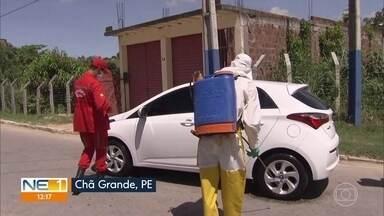 Chã Grande cria barreira sanitária para desinfetar carros e monitorar temperaturas - Iniciativa é para identificar pessoas que tenham febre para facilitar monitoramento da secretaria de Saúde.