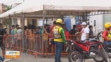 Em Parintins, aglomeração é registrada em frente de agência bancária - População busca receber auxílio emergencial de R$ 600 reais.