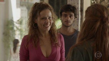 Gilda se surpreende ao ver Eliza tão bem - Jonatas mente e diz que Eliza está trabalhando com ele em um escritório de advocacia