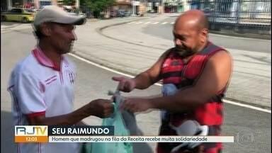 Homem que madrugou na fila da Receita Federal recebe solidariedade - O mestre de obras Raimundo Nonato chegou na agência da Receita Federal em Madureira na noite de terça-feira (14). Ele passou a noite na fila para tentar regularizar o CPF.