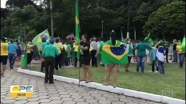 Manifestantes descumprem proibição de aglomeração e fazem protesto na BR-232, no Recife - Ato pró-Bolsonaro pediu intervenção militar no Brasil.