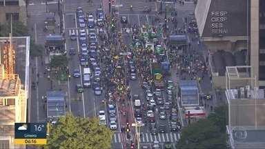 Protesto pede flexibilação da quarentena - Manifestantes sairam às ruas em apoio ao presidente jair Bolsonaro.