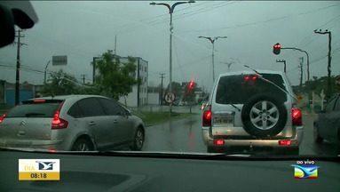 Motoristas precisam redobrar atenção durante chuva - Em São Luís, alagamentos e buracos são riscos para os motoristas.