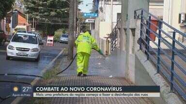 Prefeitura de São Carlos começa a fazer desinfecção de ruas - Trabalho começou a ser feito perto de unidades de saúde.