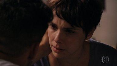 Nina acha que pode ter matado Max - A família de Tufão volta para a mansão após tragédia no lixão