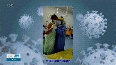 Médico dança 'Asa Branca' com paciente de Covid-19 em Petrolina e vídeo viraliza - A paciente está internada na Unidade de Terapia Intensiva (UTI) com o novo coronavírus, desde o dia 2 de abril, com previsão de alta nas próximas 48h. O vídeo teve mais de 262 mil visualizações.