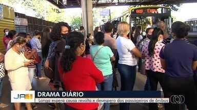 Passageiros lotam terminais e viajam sentados no chão de ônibus, em Goiânia - Decreto determina que passageiros só podem viajar sentados.