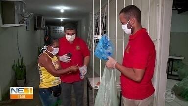 Moradores de São Lourenço da Mata recebem doações de alimentos na pandemia - Para receber as cestas básicas, é preciso se cadastrar nos Centros de Assistência Social da cidade.